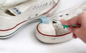 отмыть белую подошву на кроссовках