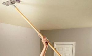 мыть натяжной глянцевый потолок