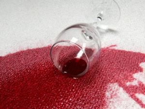 Как и чем отстирать красное вино с одежды