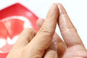 Чем быстрее всего оттереть клей «Момент» с рук
