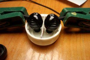 Чем и как чистить наушники
