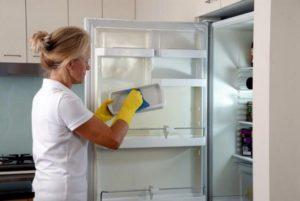 Чем лучше мыть холодильник внутри после разморозки