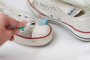 Как и чем эффективно чистить белые кроссовки