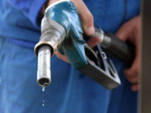 Как можно эффективно вывести запах бензина с одежды