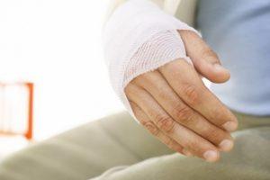 Как отлепить бинт от раны без боли