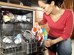 Стоит ли ополаскивать посуду перед мытьем в посудомоечной машине