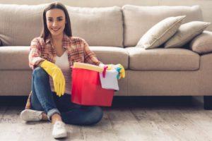 Как можно эффективно почистить диван от засаленности в домашних условиях